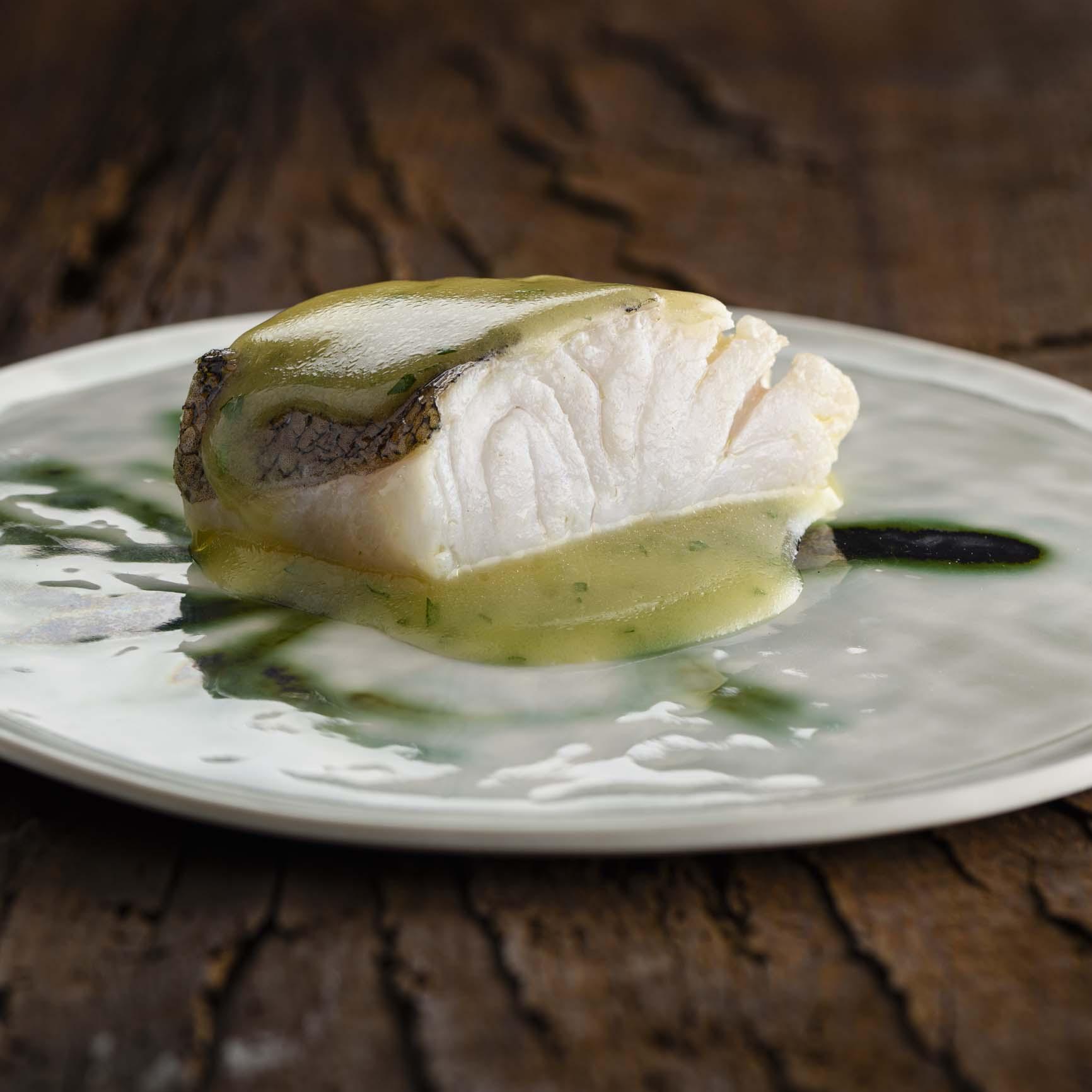 Merluza en salsa verde maridada con Txakolí criado sobre lías DO. Getariako Txakolina
