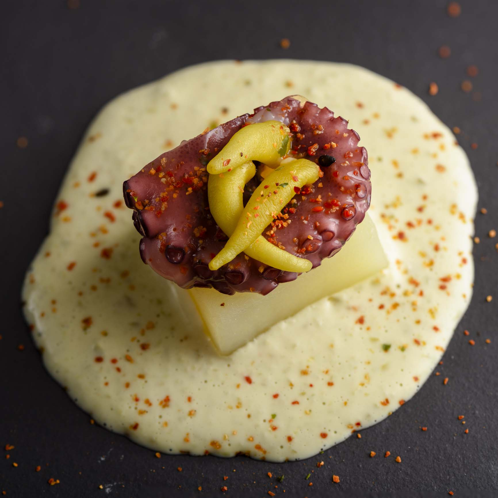 Pulpo con patata y salsa de guindilla maridado con Txakolí tradicional D.O. Arabako Txakolina