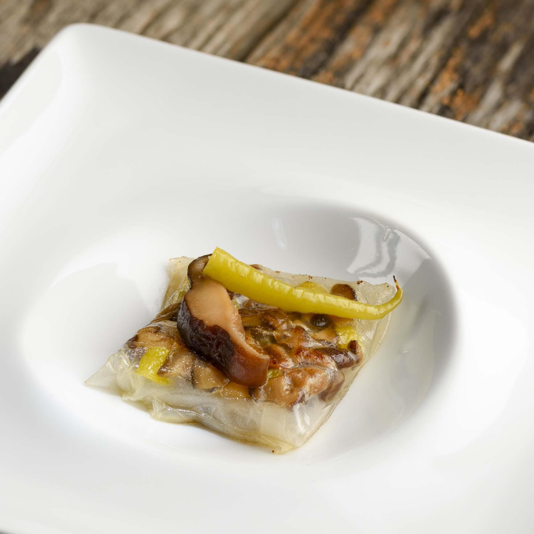 Guindilla de Ibarra con Eusko Label con setas shiitake envueltas en papel de arroz